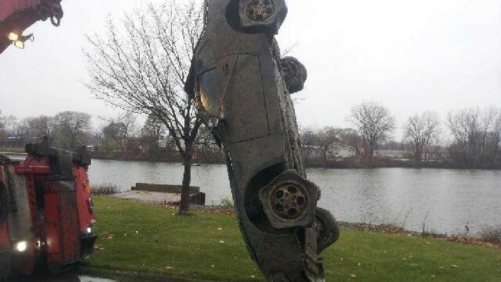 Dive team recovers sports car from Saginaw River | WEYI